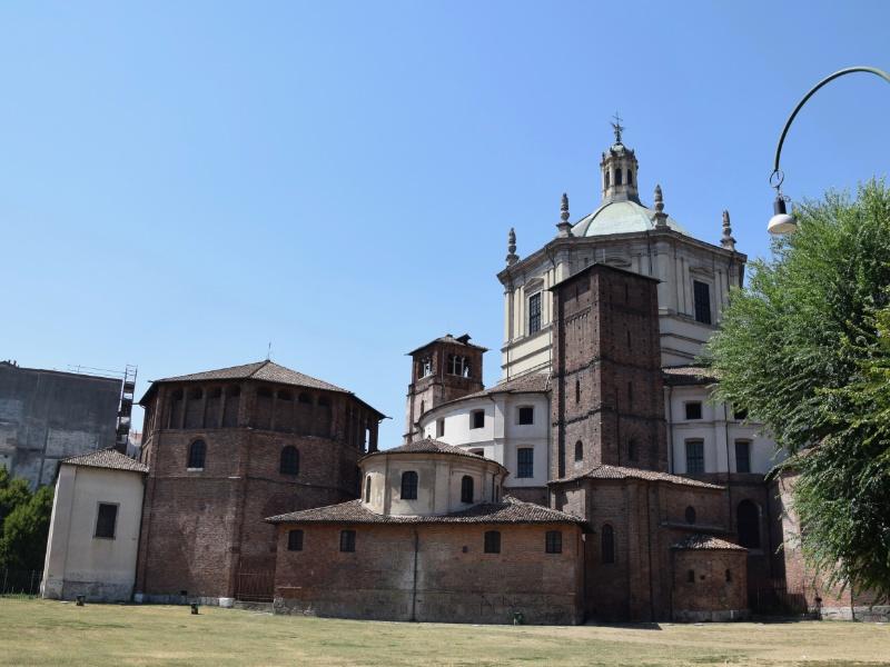 Basilica di San Lorenzo Maggiore, veduta dal parco delle Basiliche