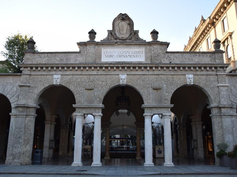 Bergamo Bassa, Sentierone, particolare del quadriportico verso piazza Dante