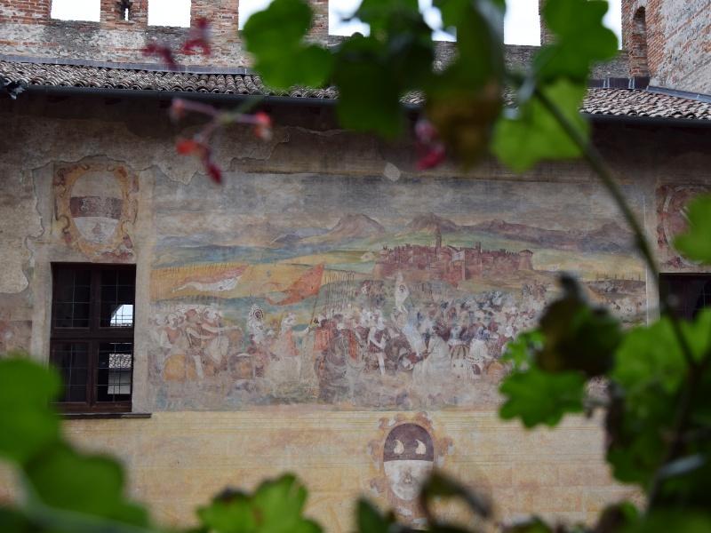 Cavernago, Castello di Malpaga, affresco nella corte, parete nord